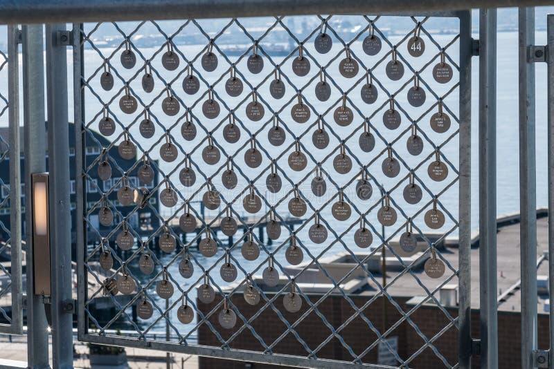 Szczegół niektóre Targowy urok szczupaka miejsca rynku podstawa w targowych poręczach w Seattle zdjęcia stock