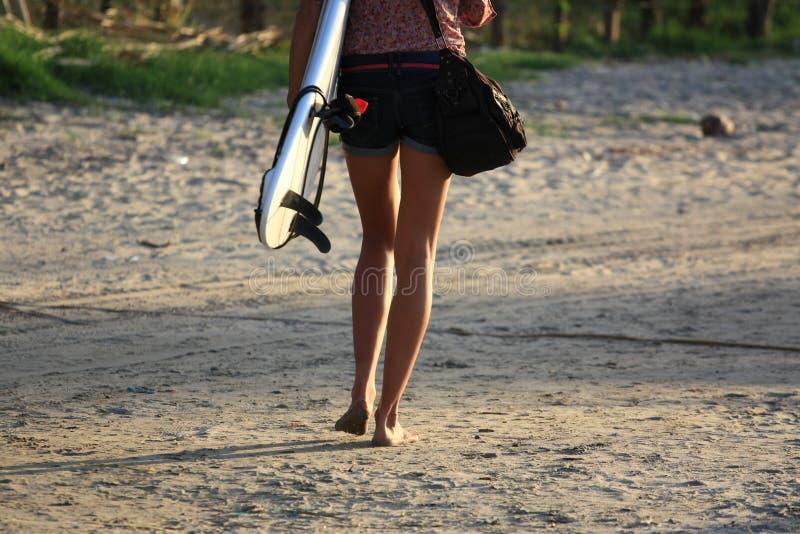 Szczegół nogi młody surfingowiec dziewczyny odprowadzenie na plaży zdjęcie stock