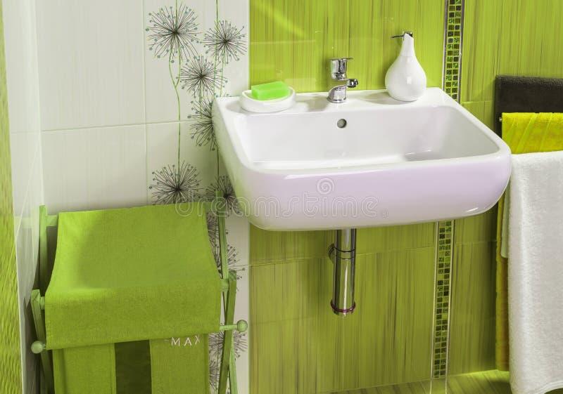 Szczegół nowożytny intymnej łazienki wnętrze w zieleni z zlew obraz royalty free