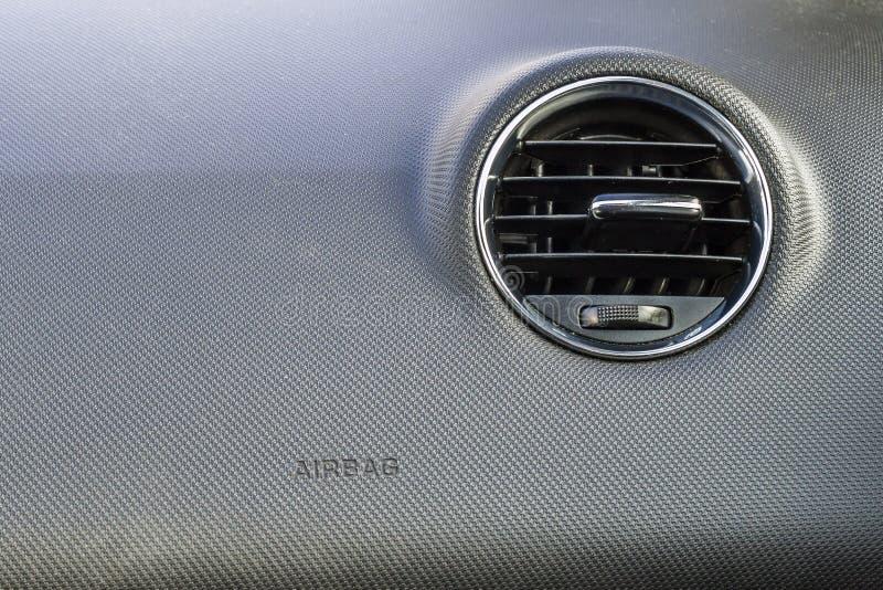 Szczegół nowy nowożytny samochodowy wnętrze, ostrość na grzejnej wentylaci obraz royalty free