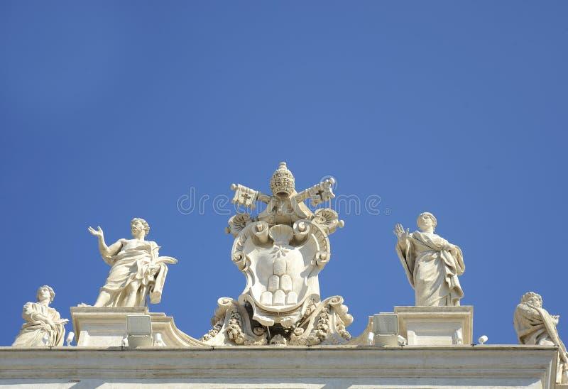 Szczegół od barokowej Świątobliwej Peter kolumnady z pięknymi statuami saints i Pope Aleksander VII żakietem ręki tła bazyliki be obraz royalty free