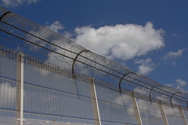Szczegół ogrodzenie z drutem kolczastym wokoło schronienia Calais fotografia royalty free