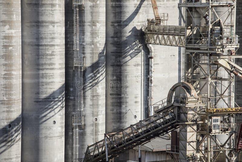 Szczegół ogromne zbożowe windy i konwejery obrazy stock