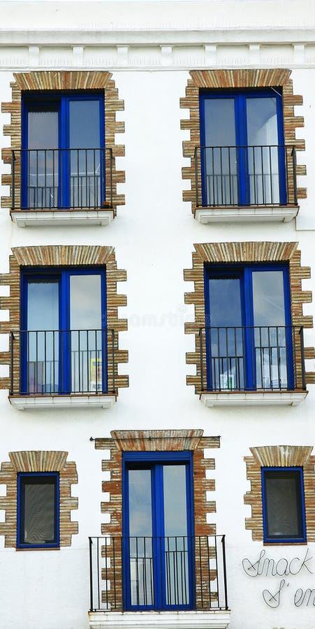 Szczegół okno i balkony w budynku Cadaqués, Costa Brava zdjęcie stock