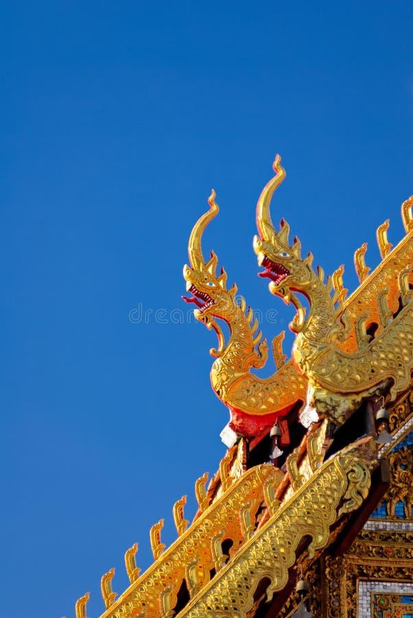 Szczegół północny tajlandzki świątynia dach, Naga, pod jasnym niebieskim niebem fotografia royalty free