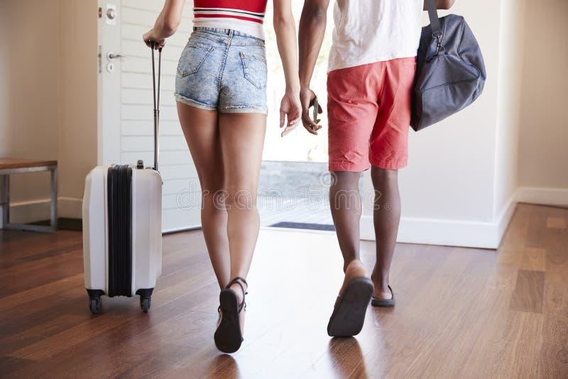 Szczegół para Z bagażem Opuszcza Do domu Dla wakacje zdjęcia royalty free