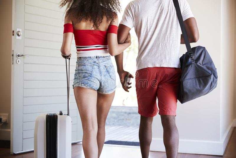 Szczegół para Z bagażem Opuszcza Do domu Dla wakacje fotografia stock