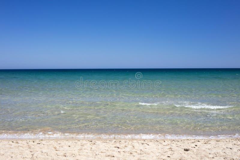 Szczegół plaża z turkusem i błękitnym morzem zdjęcia stock