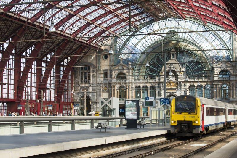 Szczegół platforma i pociąg na śladach fotografia stock