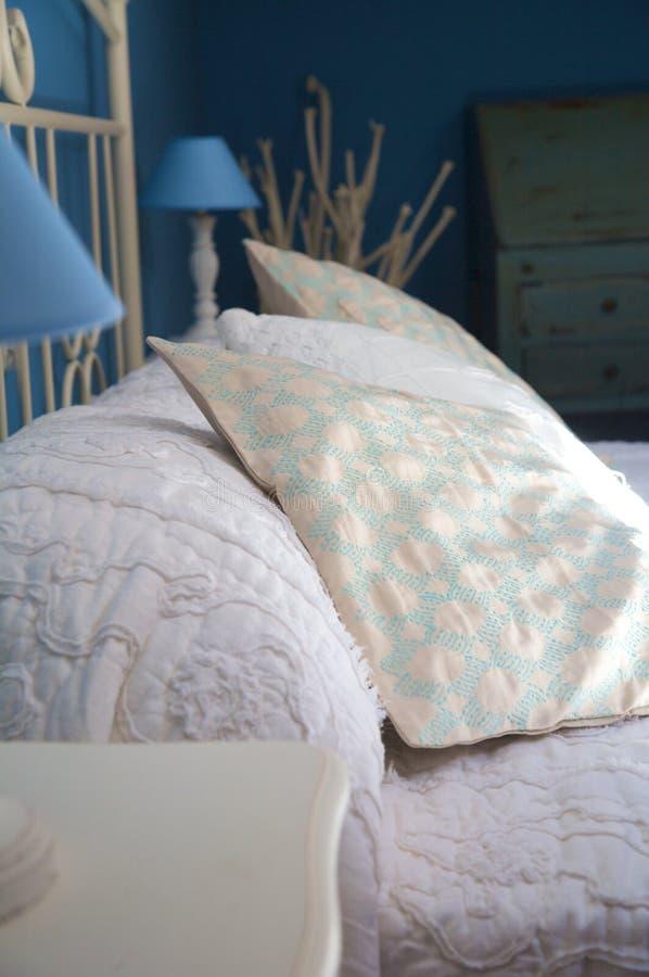 Szczegół poduszka przy łóżkiem fotografia royalty free