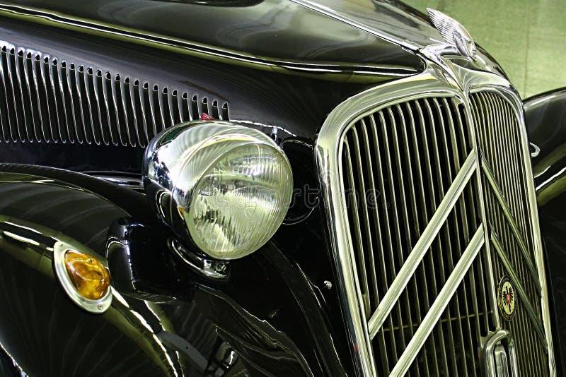 Szczegół przodu maskowy i frontowy światło Citroen trakcja Avant 11B datował 1934, na Samochodowym expo w Nitra obraz stock