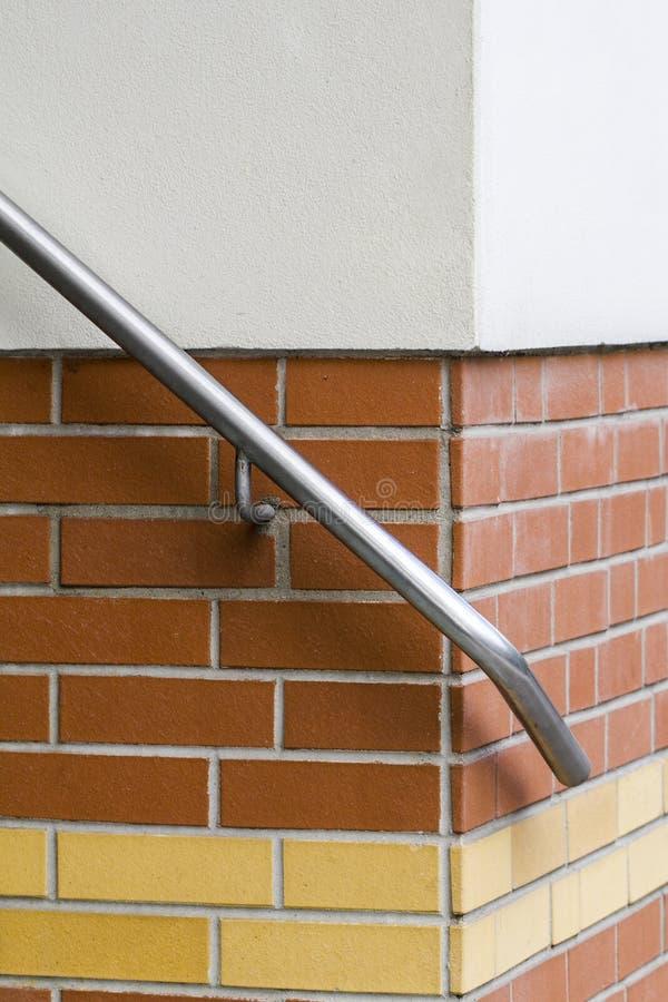 Szczegół ręka poręcz na ściana z cegieł zdjęcie royalty free