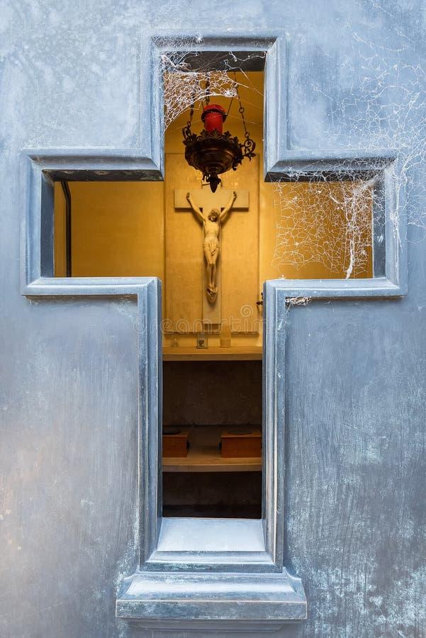 Szczegół Recoleta cmentarz, Patrzeje przez krzyżowania crypt drzwi obraz royalty free