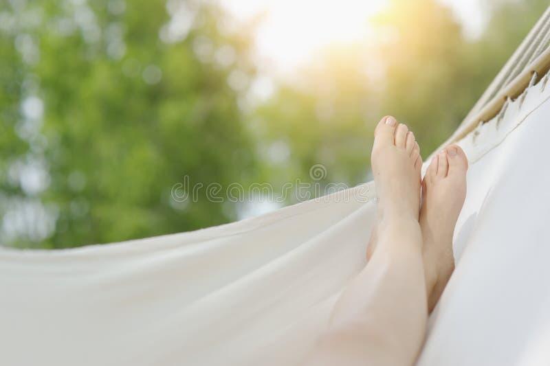 Szczegół relaksuje w białym hamaku kobieta cieki obraz royalty free