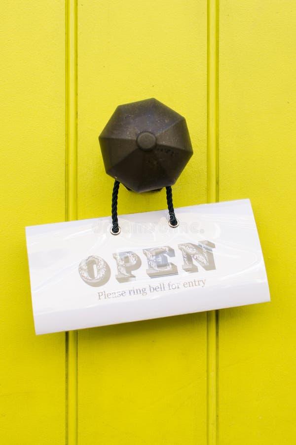 Szczegół rocznika mosiężny doorknob z otwartym znakiem na jaskrawym ye obrazy stock