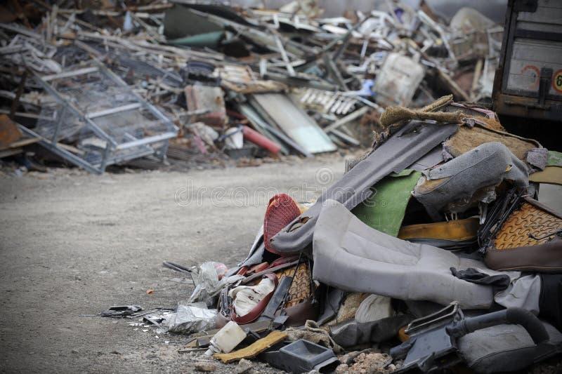 Szczegół samochodu odpady klingeryt i metal rozdziela na stercie fotografia royalty free