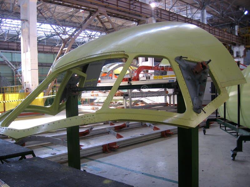 Szczegół samolotu wojskowego SU kadłuba myśliwski zgromadzenie w samolot fabryce zdjęcia stock