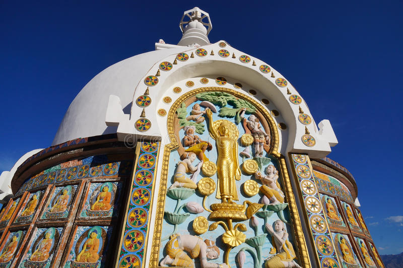 Szczegół Shanti stupa blisko Leh, India zdjęcia stock