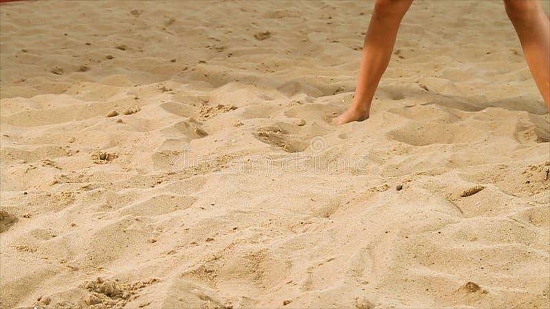 Szczegół siatkówka żeński gracz przy plażą scena Zakończenie kobieta na piasku bawić się plażową siatkówkę zdjęcia stock