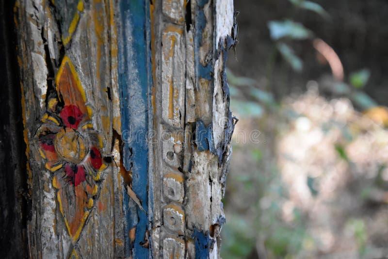 Szczegół stara wietrzejąca drewniana deska z farba osadami zdjęcia royalty free
