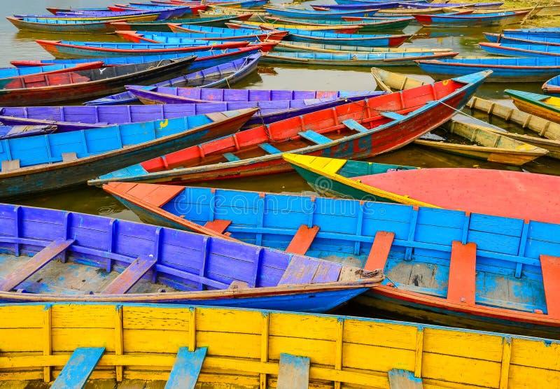 Szczegół stare kolorowe żagiel łodzie w jeziorze fotografia royalty free