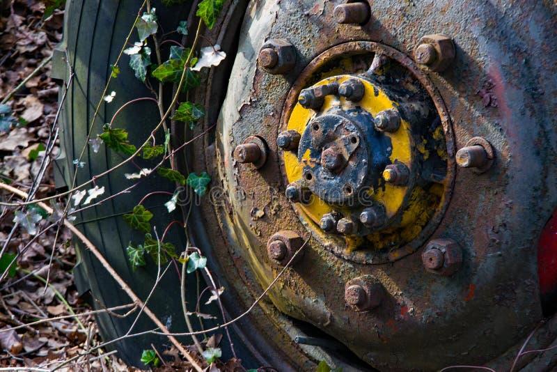 Szczegół stary rdzewiejący koło ciągnik zdjęcie royalty free