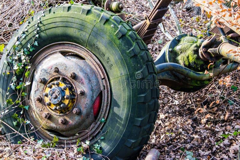 Szczegół stary rdzewiejący koło ciągnik fotografia stock