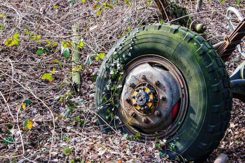 Szczegół stary rdzewiejący koło ciągnik obraz stock
