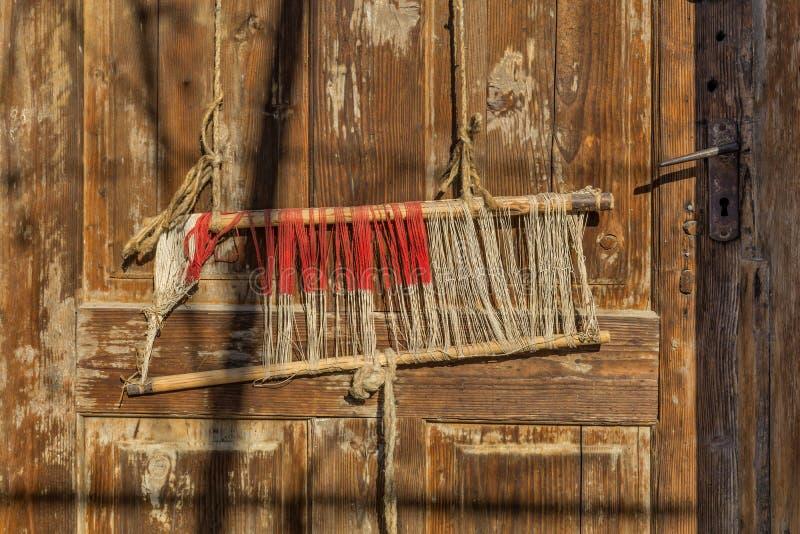 Szczegół stary tradycyjny tkactwa krosienko, wahadłowiec na łoktuszy i Tkactwa krosienko dla domowej roboty na rocznika tle obrazy royalty free