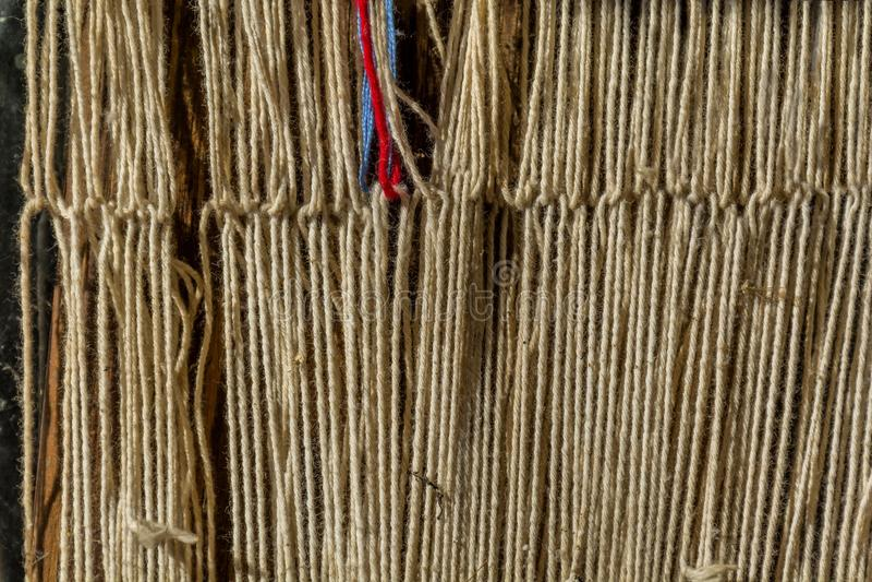 Szczegół stary tradycyjny tkactwa krosienko, wahadłowiec na łoktuszy i Tkactwa krosienko dla domowej roboty na rocznika tle obraz stock