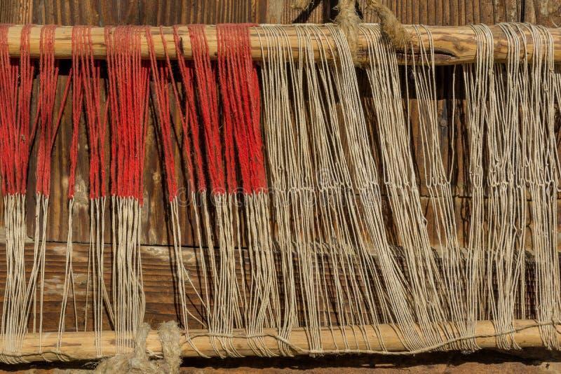 Szczegół stary tradycyjny tkactwa krosienko, wahadłowiec na łoktuszy i Tkactwa krosienko dla domowej roboty na rocznika tle zdjęcie royalty free