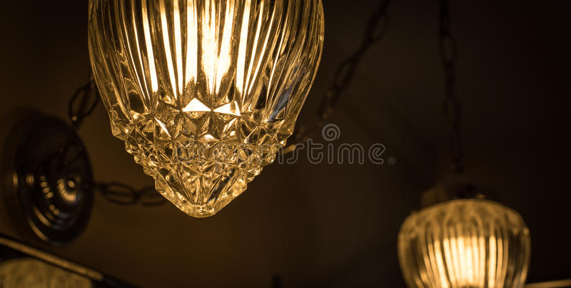Szczegół swag stylowa lampa w łazience krystaliczna stylowa szklana pokrywa która ozdabia wiszącego łańcuszkowego połączenie, obrazy royalty free