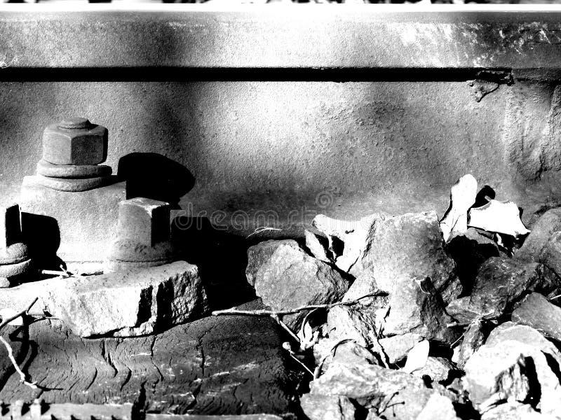 Szczegół tor szynowy z żwirem w czarny i biały fotografia royalty free