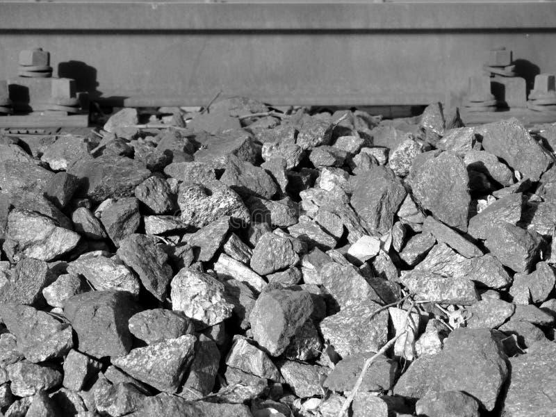 Szczegół tor szynowy z żwirem w czarny i biały 2 zdjęcie royalty free