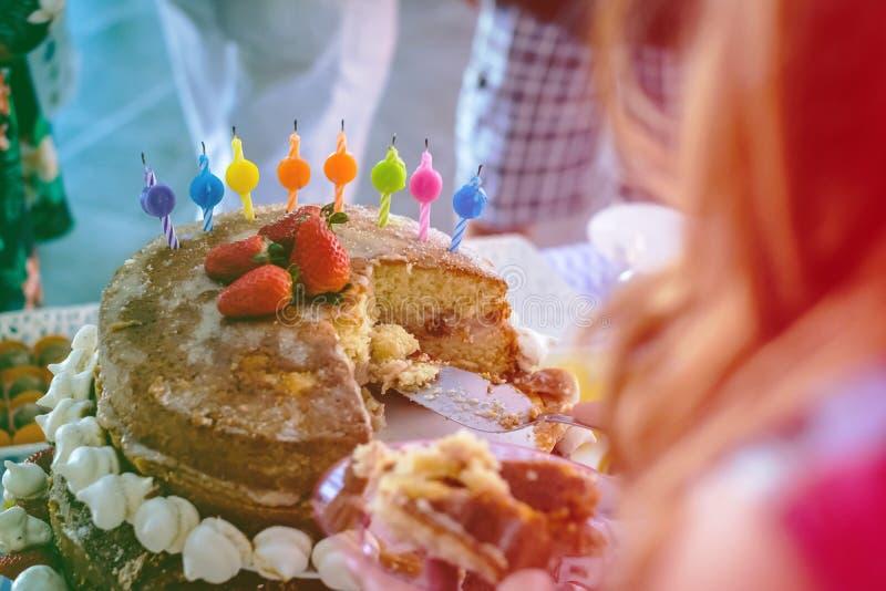 szczegół truskawki i bezy nagi tort, widzieć od above, 3 opowieści wysokość Przekład świeczek podłe gratulacje Co zdjęcia royalty free