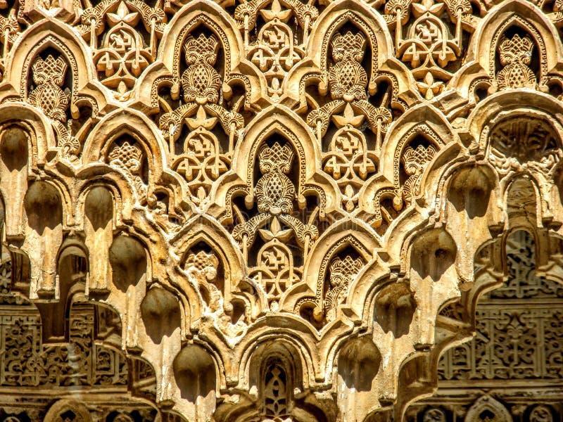Szczegół w zawiły sposób wzory na ścianie Alhambra pałac w Granada, Hiszpania zdjęcie stock