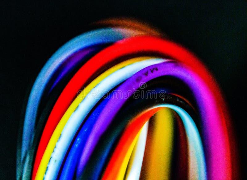 Szczegół wiązka barwioni elektryczni kable używać dla związków kolory pomagają łączyć elektronicznych instrumenty i zasilać suppl zdjęcie royalty free