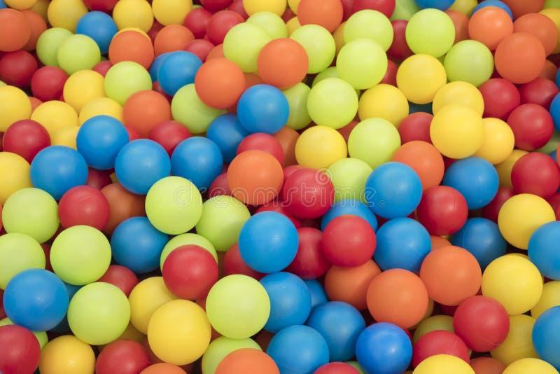 Szczegół wiele kolorowe plastikowe piłki zdjęcia royalty free