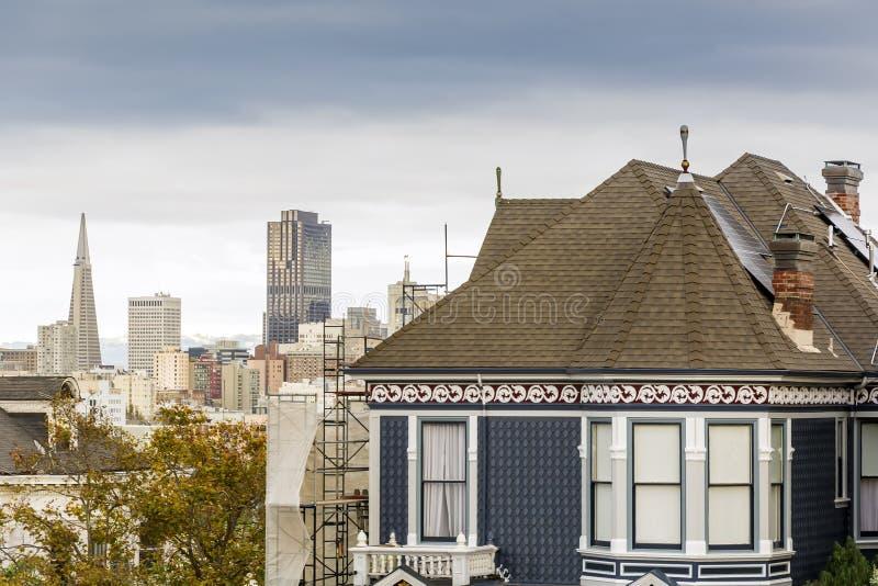 Szczegół Wiktoriański dom z San Fransisco linią horyzontu fotografia royalty free