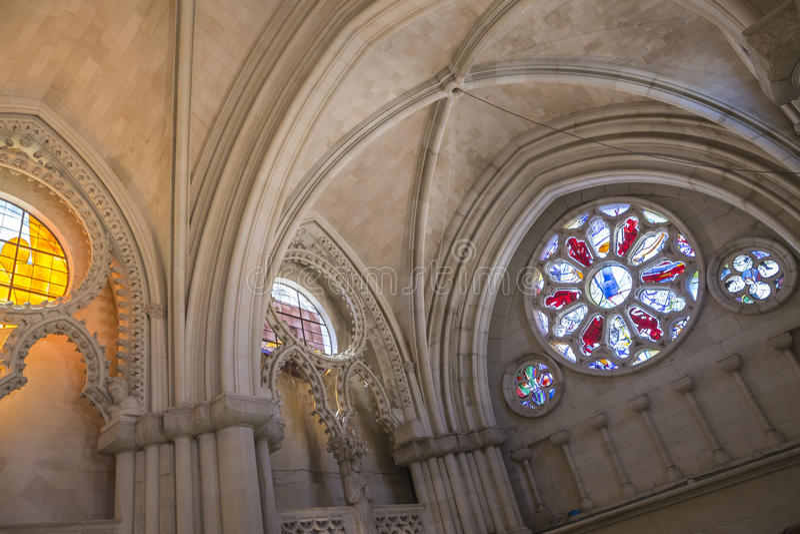 Szczegół witrażu okno we wnętrzu katedry zdjęcie stock