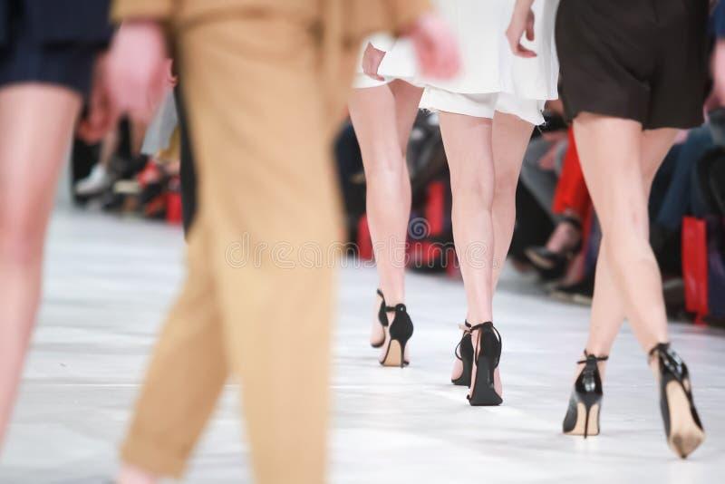Szczegół wykłada w górę tylni widoku mody modelów iść na piechotę obraz stock