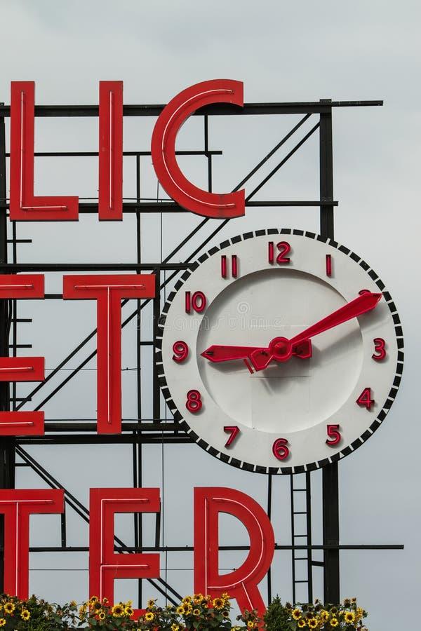 Szczegół znak i zegar jawny rynek w Seattle obrazy stock