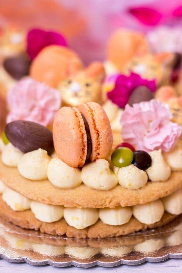 Szczegółowe informacje o torcie wielkanocnym - ciasto waniliowe ozdobione makaronem i kwiatami zdjęcia royalty free