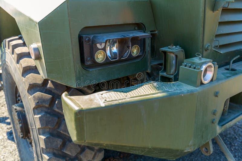 Szczegółowy frontowy widok nowożytna wojskowy ciężarówka z DOWODZONYMI reflektorami obrazy royalty free