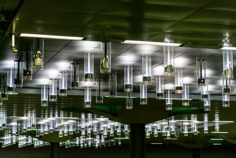 Szczegółowy spojrzenie przy podsufitową iluminacją przy Berlińską główną stacją kolejową Hauptbahnhof obrazy royalty free