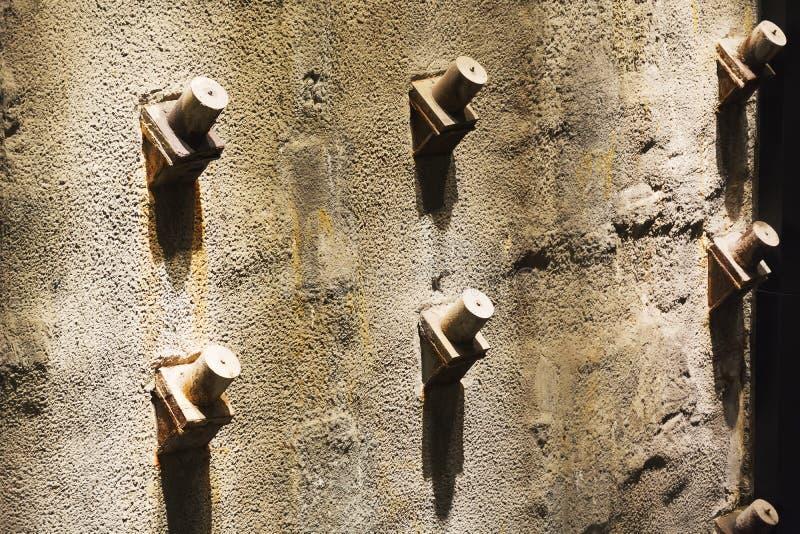 Szczegółowy widok bliźniaczych wież podstawy zostaje w Krajowy 9-11 Pamiątkowym muzeum w niskim Manhattan, Nowy Jork zdjęcie stock