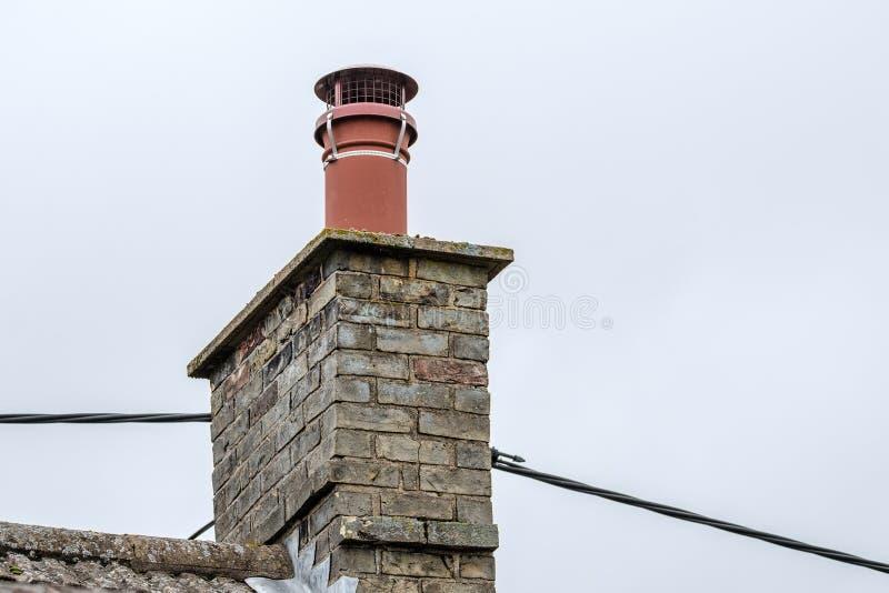 Szczegółowy widok widzieć na chałupa dachu z dostosowywającym ptasim cowl komin obrazy royalty free