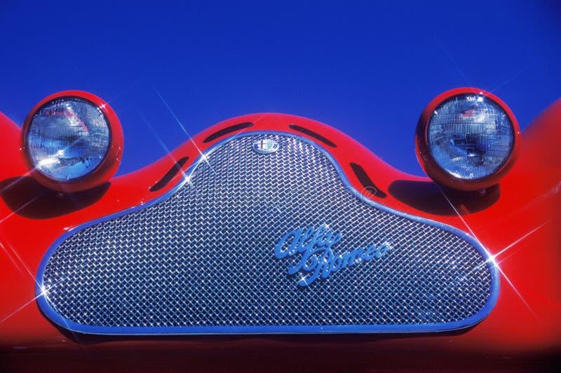 Szczegółowy widok wysoce okrzesana chrom pluskwa i grill przyglądał się reflektory na czerwień rocznika Romeo sportów Alfa samoch zdjęcie royalty free