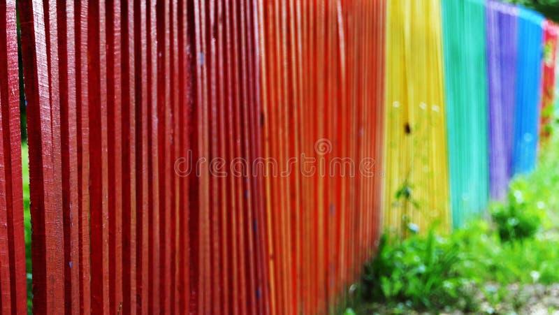 Szczegółu i zbliżenia widok kolorowy drewniany ogrodzenie w różnych kolorach tęcza fotografia royalty free