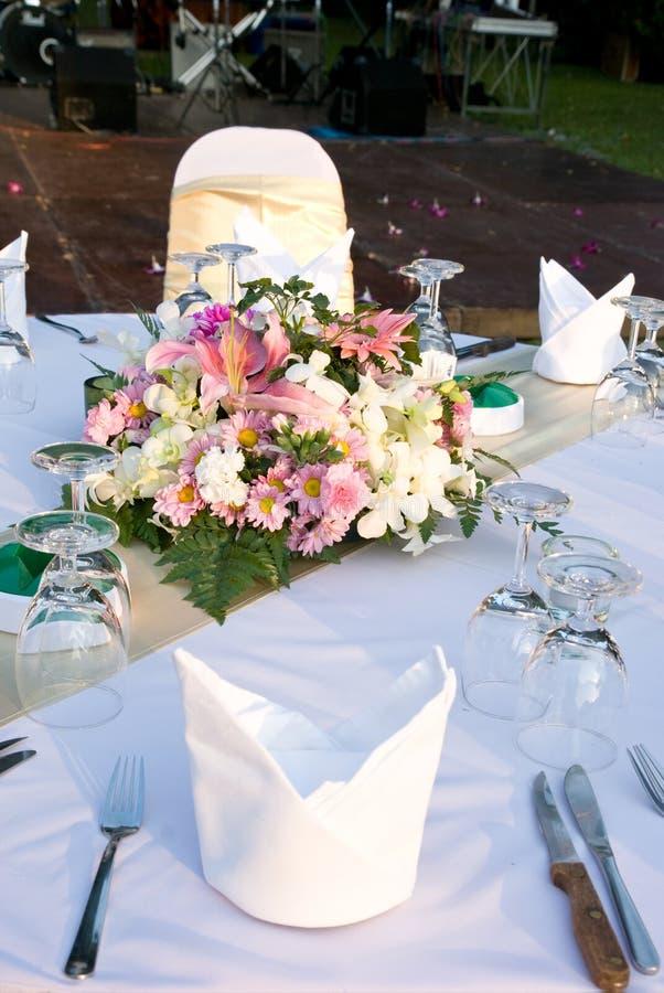 szczegółu kwiatów przyjęcia stół zdjęcie stock